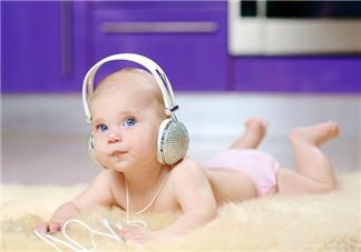 婴儿听音乐  帮助成长和发育