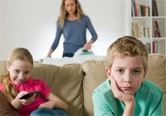 孩子看书好还是看电视好 让书本代替电视才是最好的选择