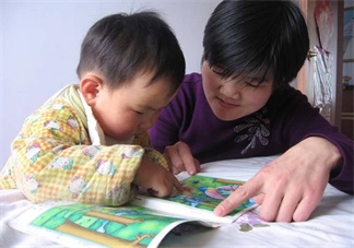 宝宝缠着自己讲故事怎么办 怎么给孩子编故事