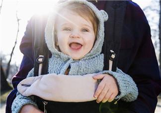婴儿背带背巾几个月开始用 婴儿背带会让宝宝罗圈腿吗