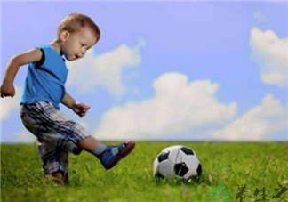 宝宝不会爬玩什么游戏合适 宝宝踢球的亲子游戏方案