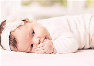宝宝会吃手了心情说说句子   发表宝宝吃手说说短语朋友圈