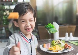 过年的时候哪些食物不能给孩子吃 如何合理的拒绝给孩子吃东西的人