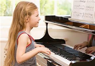 弹钢琴弹会导致近视是真的吗 为什么练钢琴的孩子多数都近视