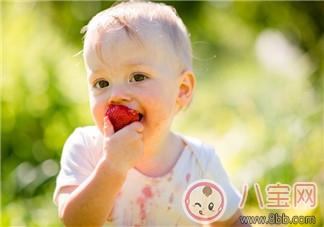 孩子摘草莓