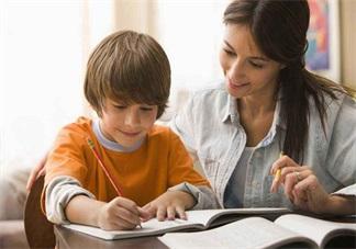 辅导孩子写作业心情 陪孩子做作业的说说朋友圈