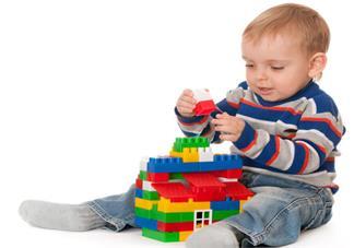 孩子看到玩具就想要买怎么办 不同年龄段的孩子给他买什么玩具比较好