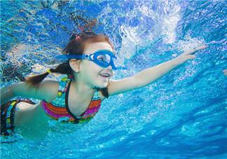 孩子学游泳的心情说说 孩子学游泳句子短语感慨
