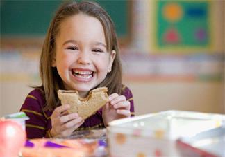 孩子吃饭就是爱用手抓怎么办 孩子吃饭用手抓不用勺子解决方法2018
