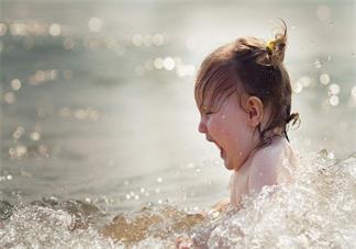 孩子特别的喜欢踩水怎么办 孩子喜欢玩水怎么做比较好2018