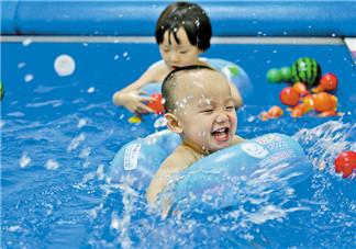 带宝宝游泳的心情说说 婴儿游泳的开心句子短语