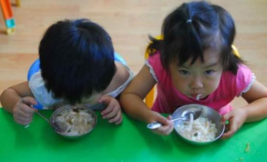 宝宝一定要带零食上幼儿园怎么办 不带临时孩子不上幼儿园怎么教育