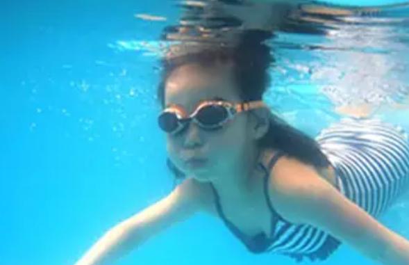 害羞的孩子学游泳好吗 小孩学游泳胆子会变大吗