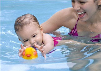 夏季宝宝游泳需要请教练吗 宝宝游泳前需要注意什么
