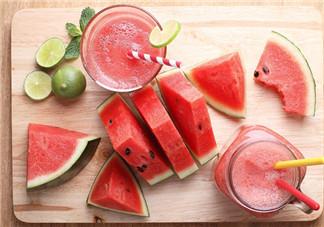 为什么西瓜吃多了大便会红色 西瓜吃多了会导致缺水是真的吗