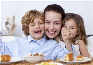 宝宝不吃饭家长如何引导 怎么为婴幼儿创设良好的进餐环境