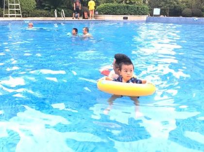 婴儿游泳的开心句子2018 晒宝宝游泳开心的心情说说