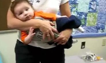 宝宝喜欢歪脖子家长怎么抱 宝宝歪脖子治疗方法2018
