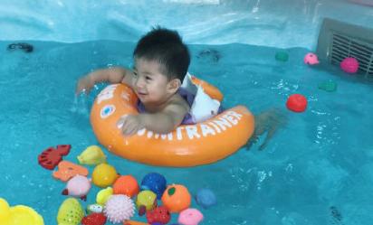 宝宝游泳的朋友圈说说 小婴儿游泳的朋友圈句子