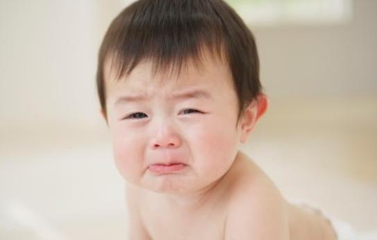 宝宝因为肠绞痛哭的症状 牛奶蛋白过敏导致宝宝肠绞痛吗