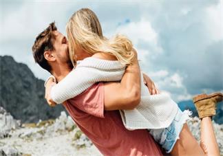 在孩子面前亲吻好不好 当着孩子面秀恩爱有什么影响
