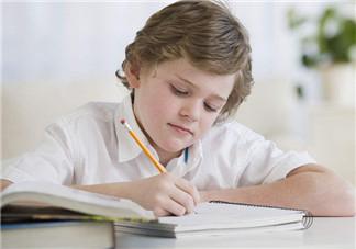 孩子写暑假作业的心情说说 2018孩子写暑假作业幽默的句子短语