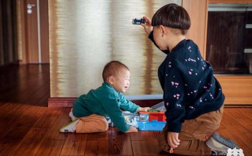 生二胎怎么给大宝的心理问题进行安抚 大宝在二胎后惹人讨厌怎么办