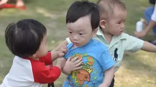 宝宝在幼儿园被打伤要找老师吗 幼儿园孩子被别人打伤怎么办