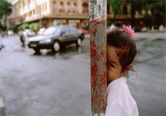 孩子特别内向不合群怎么办 什么原因导致孩子内向