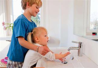 孩子变聪明有哪些表现 孩子吃手是在变聪明吗