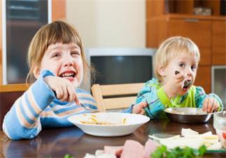 宝宝不能乖乖的坐下来吃饭怎么办 怎么让孩子安分的坐着吃饭