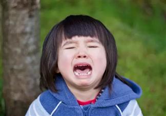 小女孩不想上幼儿园爷爷用袋子背去 孩子不想上幼儿园怎么办