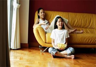 孩子爱玩手机看电视怎么办 孩子喜欢玩手机要制止吗