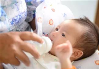 如何给宝宝冲泡奶粉 给宝宝冲奶粉需要注意什么