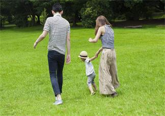 怎么帮助孩子快速学会走路 孩子走路学得慢怎么给他信心