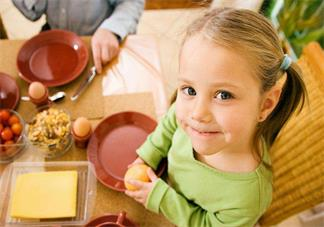 为什么孩子喜欢边吃饭变玩 孩子边吃边玩有什么危害
