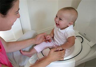孩子不在幼儿园大便正常吗 孩子不在幼儿园上厕所怎么开导比较好