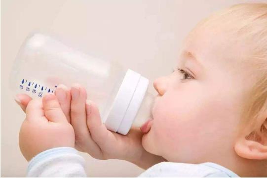 宝宝早上一起来就喝奶好吗 宝宝喝奶粉注意事项