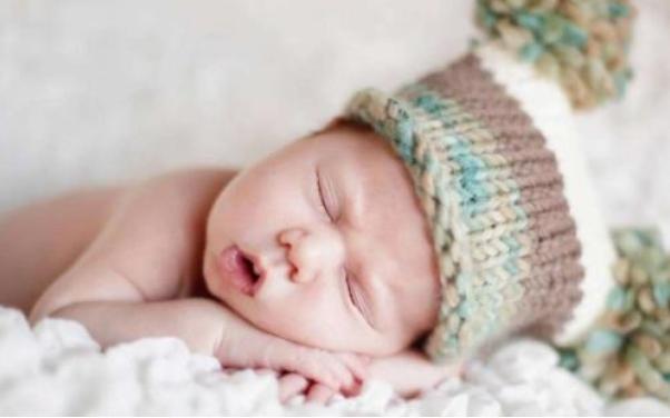 新生儿经常多抱着睡好还是躺着睡好 如何哄宝宝快速入睡