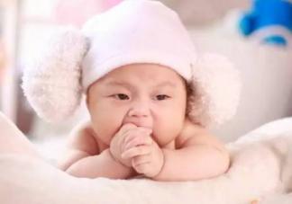 宝宝吃手应该阻止吗    宝宝吃手的原因介绍