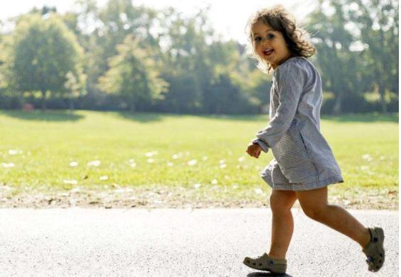 孩子含胸驼背怎么办 孩子驼背怎么纠正