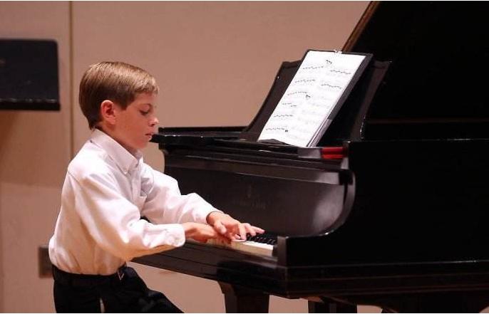 孩子几岁学钢琴比较合适 儿童学钢琴越早越好吗