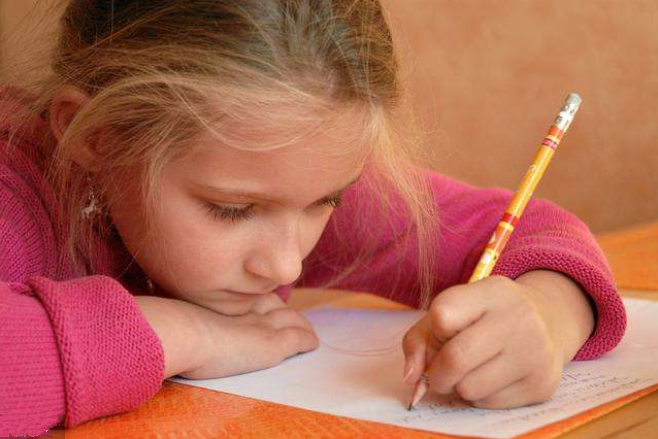 孩子左撇子更聪明吗 孩子左撇子需不需要纠正