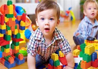 孩子喜欢跟玩具说话正常吗 孩子跟玩具空气说话怎么办