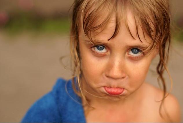 大人说话为什么小孩爱插话 怎么纠正小孩爱插话的行为