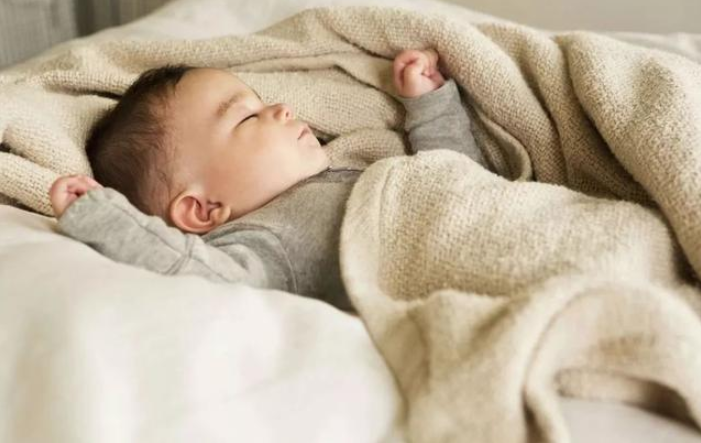 宝宝睡觉满床打滚是什么原因 如何提高宝宝睡眠质量