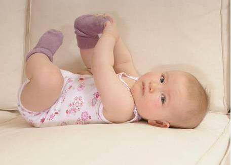 宝宝喜欢扯袜子怎么回事 冬天宝宝喜欢扯袜子怎么办