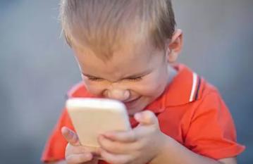 孩子睡前玩手机有哪些隐患 孩子睡前爱玩手机怎么办