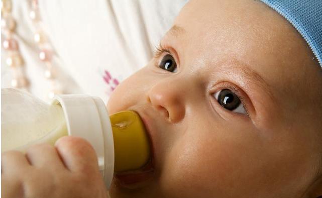 宝宝频繁吃夜奶是没吃饱吗 哪些情况下吃夜奶需要干预