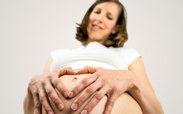 孕晚期胎动一跳一跳是怎么了 孕晚期宝宝胎动厉害吗